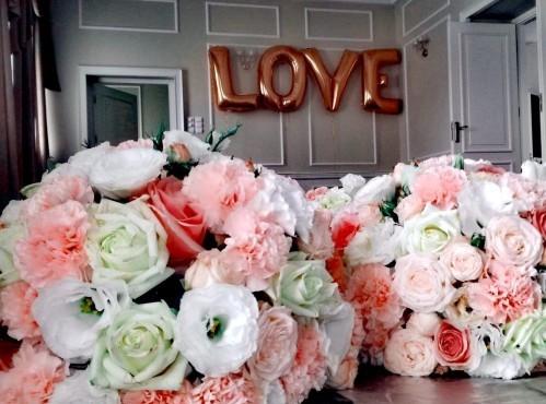 Na zdjęciu ogromne balony litery z helem twożące napis love miłość